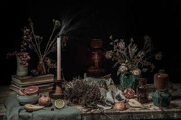 Unbeständigkeit | ein Tisch voller getrockneter Früchte und Blumen, alter Bücher und Kerzen bildende von Nicole Colijn