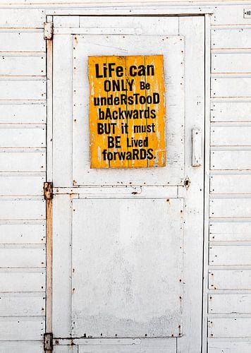 Strandhuisje met oude deur