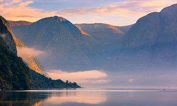 Sonnenaufgang im Aurlandsfjord, Norwegen von Henk Meijer Photography