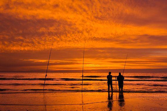 Zonsondergang met Vissers op het Strand van M DH
