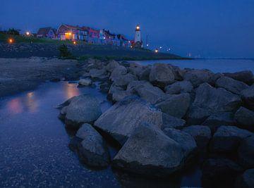 Blaue Stunde Leuchtturm Urk von Claudia De Vries
