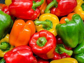 Close-up van glanzende paprika's in verschillende kleuren groen, rood en geel van Gert Bunt