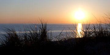 Ondergaande zon achter de duinen van Astrid Luyendijk