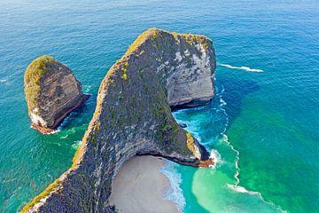 Luchtfoto van Kling king strand op Nusa Penida Bali Indonesie van Nisangha Masselink