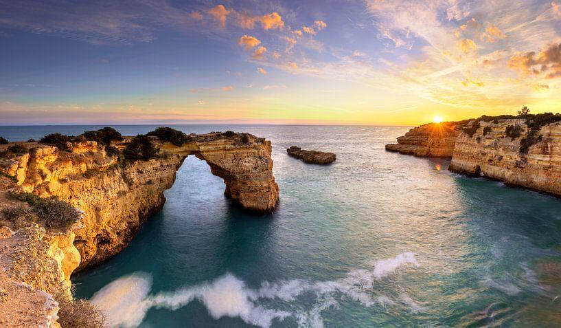 Praia de Albandeira an der Algarve, Portugal von Adelheid Smitt