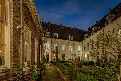 Hofje Willem Vroesenhuis in Gouda in de avond