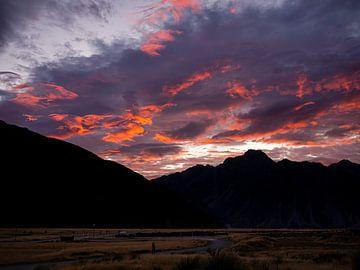 Magische zonsopkomst over de bergen van Mount Cook National Park in Nieuw-Zeeland van Rik Pijnenburg