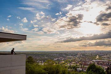 Wielrenner kijkt uit over Karlsruhe in Duitsland