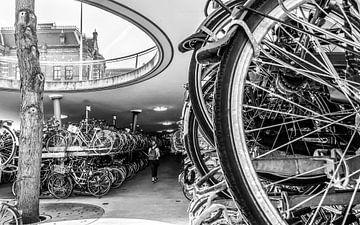 Station Groningen, Fietsenstalling 1 (zwart-wit) von Klaske Kuperus