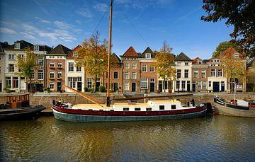 Der breite Hafen von Den Bosch in herbstlicher Atmosphäre. von Den Bosch aan de Muur
