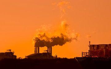 Smoky sunset van Ton van Buuren