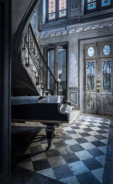 Klavier in alter Villa von Inge van den Brande