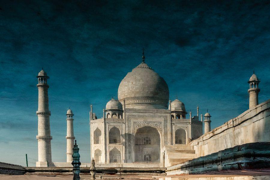 Surrealistische weergave van een weerspiegeling van de Taj Mahal in het water, Agra India. Wout Kok
