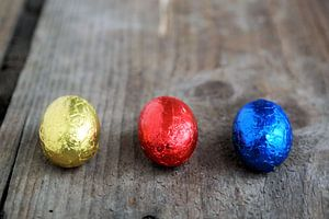 drie kleine chocolade paaseitjes in folie van Sonja Blankestijn