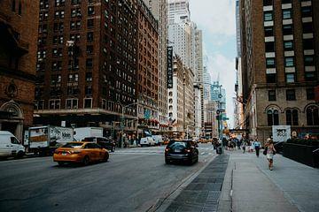 Straat met gele taxi in Manhattan van Expeditie Aardbol