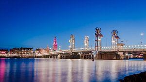 Verlichte stadsbrug Kampen bij avond