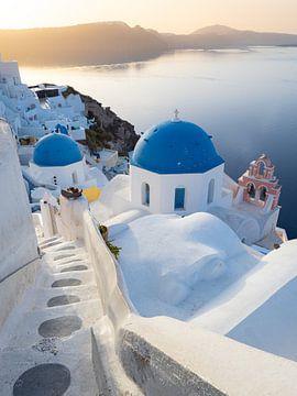 Blaue Kuppeln der Insel Santorin während eines ruhigen Sonnenaufgangs | Reisefotografie Griechenland von Teun Janssen