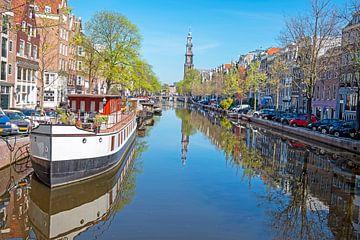 Stadsgezicht van Amsterdam in Nederland met de Westerkerk van Nisangha Masselink