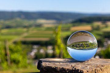 Kristallen bol met Moezellandschap liggend op een steen van Reiner Conrad