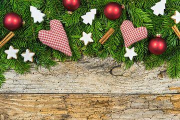 Kerstmis harten en gift met ornamenten en sparrentakken op houten achtergrond van Alex Winter