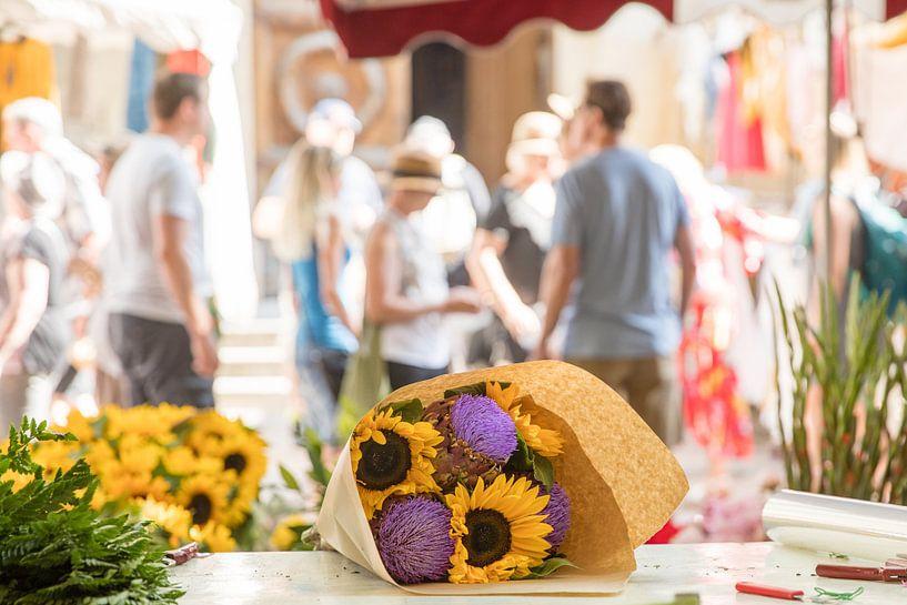 Zonnebloemen en artisjokken op de markt van Jacques Jullens