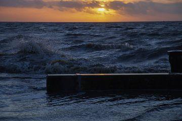 Stormweer op de Holwerder Pier. van By Foto Joukje