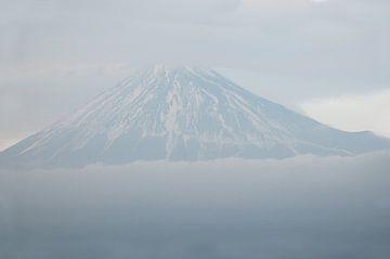 Fuji in den Wolken von Emi Barendse
