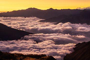 Berge über Wolken von Olga Ilina
