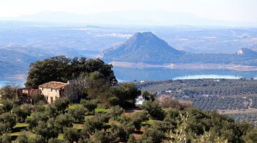 Huis,berg en meer In Andalusië.