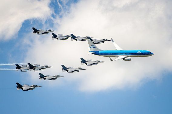 KLM Boeing 737 met F16-escorte boven Volkel