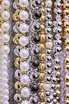 Close-up van opknoping strings van betoverende witte parels 2 van Tony Vingerhoets