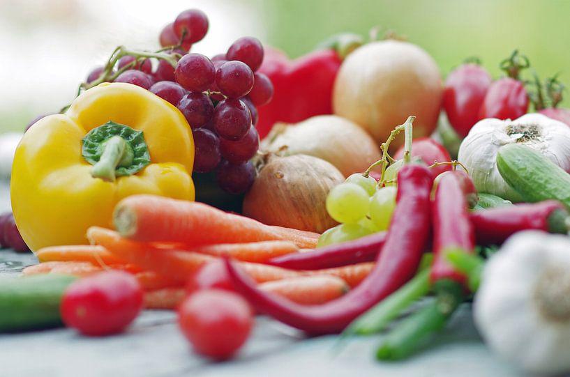 Buntes Obst und Gemüse auf dem Tisch von Tanja Riedel
