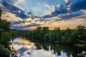 Sonnenuntergang über dem Fluss von