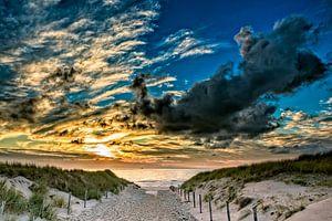 strandopgang met een zonsondergang