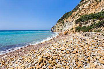 Griechische Landschaft an der Küste mit Felsen Meer und Berge von Ben Schonewille