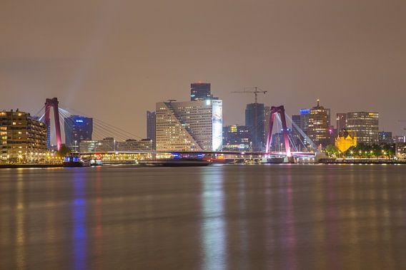 Willemsbrug en Willemswerf in de avond
