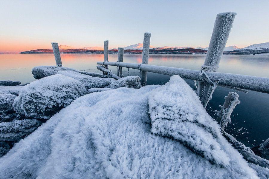 Zonsopkomst in een winters fjord - Tromsø, Noorwegen van Martijn Smeets