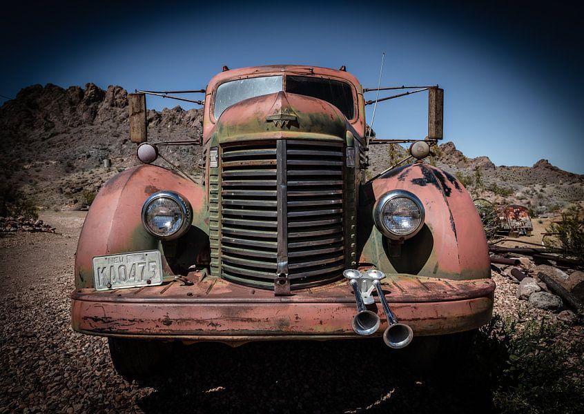 Oldtimer in de woestijn van Inge van den Brande