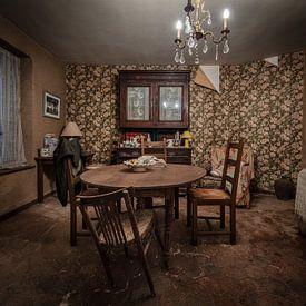 Huiskamer in verlaten huis van Inge van den Brande