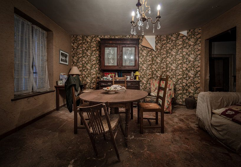 Wohnzimmer in einem verlassenen Haus von Inge van den Brande