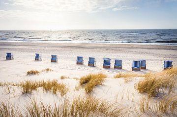 Strandstoelen op het weststrand van Kampen, Sylt van Christian Müringer