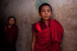 Bhutaanse jonge monnik in het klooster bij Timphu Bhutan. One2expose Wout Kok von Wout Kok
