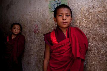 Bhutaanse jonge monnik in het klooster bij Timphu Bhutan. One2expose Wout Kok van