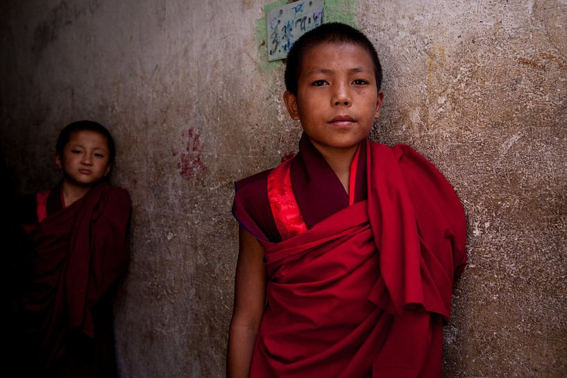 Bhutaanse jonge monnik in het klooster bij Timphu Bhutan. One2expose Wout Kok van Wout Kok