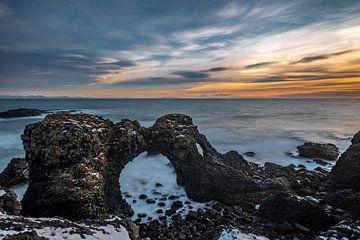 Gatklettur aan de kust bij Arnarstapi in IJsland van Gerry van Roosmalen
