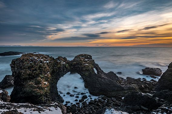 Gatklettur aan de kust bij Arnarstapi in IJsland