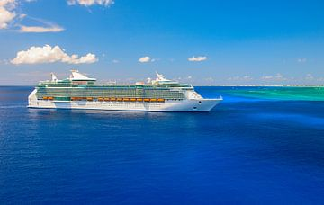 Reusachtig luxe cruiseschip wordt aanbesteed naast Grand Cayman eiland van Yevgen Belich
