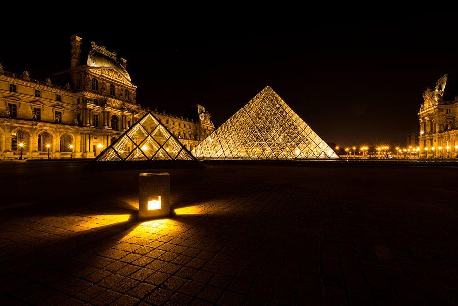 Museum Louvre bij avond - Parijs - 1 van Damien Franscoise