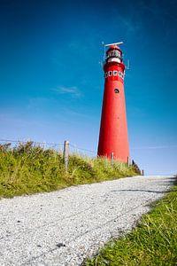 Roter Leuchtturm und tiefblauer Himmel