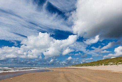 wolkenlucht aan strand bij Castricum van Martin Stevens